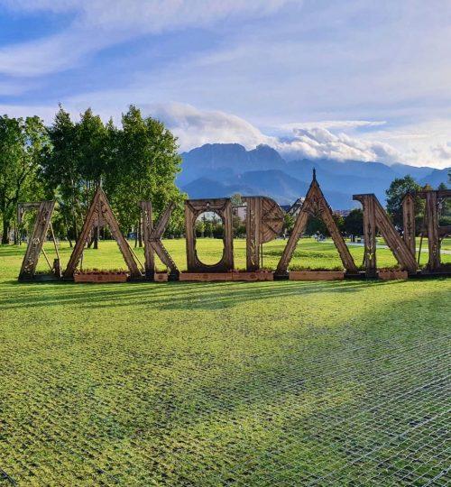 Neďaleko sa nachádza známe horské mestečko Zakopane 53km